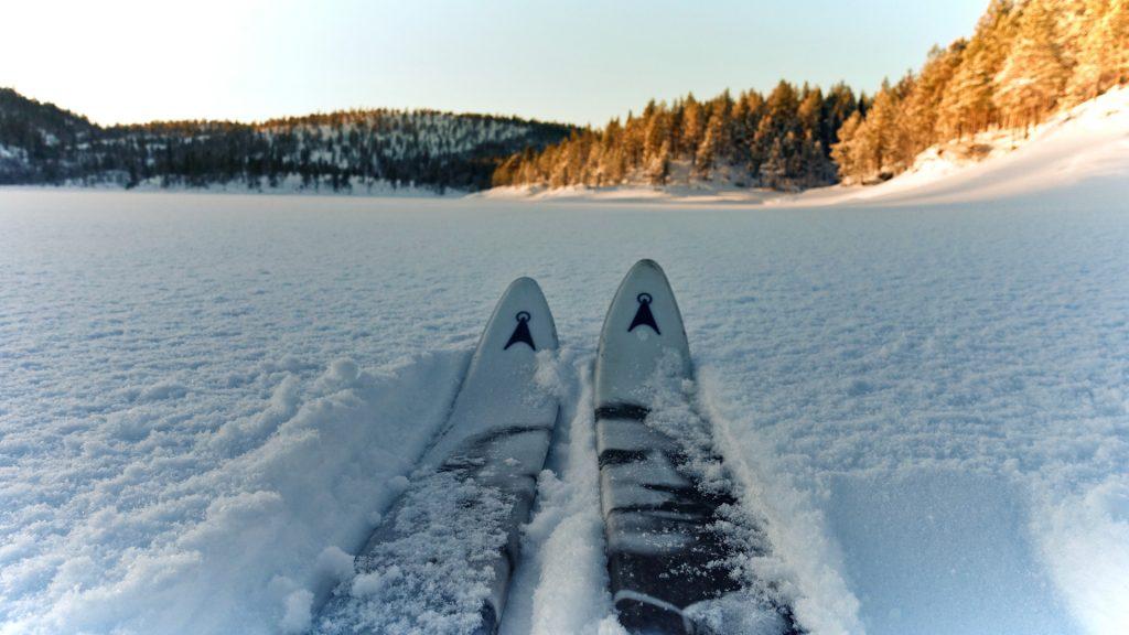 Skitupper i snø mot horisont